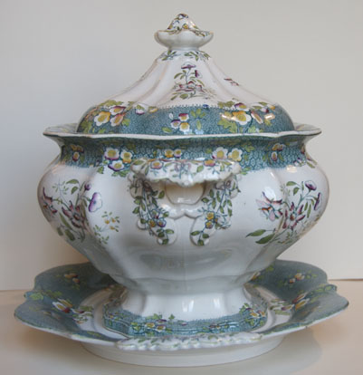 Pattern 580 tureen and stand end