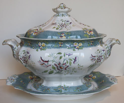 Pattern 580 tureen and stand side